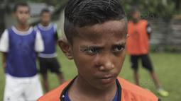 Pesepak bola SSB Tulehu Putra, Saleh Al'Ayubi Pary (13 tahun), menjadi pemain termuda yang terpilih untuk mengikuti pelatihan di Jakarta. (Bola.com/Peksi Cahyo)
