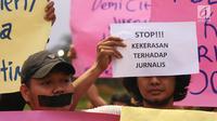 Wartawan dari berbagai media dalam Wartawan Hitam Jakarta menggelar unjuk rasa di depan Istana Merdeka, Jakarta, Kamis (26/9/2019). Mereka meminta Kapolri untuk memeriksa dan mengadili oknum Polisi yang telah melakukan pemukulan dan perampasan alat kerja wartawan. (Liputan6.com/Angga Yuniar)