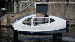 "Kendaraan Sea Bubble alias ""taksi terbang"" berlayar di sungai Seine selama percobaan di Paris, Senin (16/9/2019). Bobotnya sekitar 1.250 kg dan mampu menampung empat orang penumpang dan satu orang sopir dengan beban tidak lebih dari 400 kg.  (Photo by Martin BUREAU / AFP)"