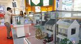 Pengunjung mendapatkan penjelasan saat pameran properti di Jakarta, Kamis  (21/11/2019). Pemerintah mempermudah akses kepemilikan rumah layak huni dan terjangkau bagi masyarakat berpenghasilan rendah (MBR) dengan menurunkan persyaratan uang muka atau down payment (DP). (Liputan6.com/Angga Yuniar)