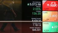 Pekerja melintas di depan layar yang menampilkan informasi pergerakan saham di gedung Bursa Efek Indonesia, Jakarta, Senin (8/6/2020).  Indeks Harga Saham Gabungan (IHSG) menguat 1,34% ke level 5.014,08 pada pembukaan perdagangan sesi I, Senin (8/6). (Liputan6.com/Angga Yuniar)