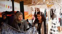 Kerajinan lokal Indonesia menjadi daya tarik bagi warga negara asing ketika dipamerkan di acara Surajkund International Craft Mela 2020, India.(Source: KBRI New Delhi via Kemlu RI)
