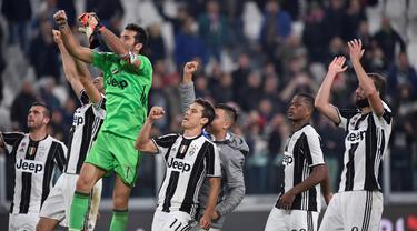 Para pemain Juventus merayakan kemenangan usai menumbangkan Udinese 2-1 pada lanjutan Serie A Italia di Stadion Juventus, Turin, Minggu (16/10/2016) dini hari WIB. (REUTERS/Giorgio Perottino)