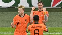 Wout Weghorst melakukan selebrasi setelah mencetak gol kedua timnya selama pertandingan grup C kejuaraan sepak bola Euro 2020 antara Belanda dan Ukraina di Johan Cruijff Arena, Amsterdam pada Senin (14/06/2021) dini hari WIB. (AP/Pool/Olaf Kraak)