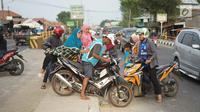 Sejumlah pengendara berusaha memutar balik dengan menerobos separator di Jalan Raya Pantura, Palimanan, Cirebon, Jawa Barat, Jumat (7/6/2019). Ditutupnya sejumlah jalur putar balik menyebabkan warga nekat menerobos separator untuk memersingkat waktu tempuh. (Liputan6.com/Immanuel Antonius)