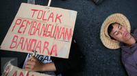Sejumlah mahasiswa melakukan aksi  tiduran di jalan Malioboro, Yogyakarta, Jateng, Kamis (5/11/2015). Aksi tersebut dilakukan sebagai bentuk penolakan pendirian Bandara di Temon, Kulon Progo. (Boy T Harjanto)