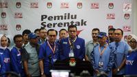 Sekjen Partai Demokrat Hinca Panjaitan (tengah) bersama jajarang DPP Partai Demokrat memberikan keterangan pers sai menyerahkan berkas pendaftaran bakal caleg di KPU, Jakarta, Selasa (17/7). (Liputan6.com/Johan Tallo)