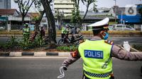 Polisi Lalu lintas memberhentikan dan memeriksa kelengkapan surat kendaraan saat Operasi Patuh Jaya 2020 di Jalan Letjen Suprapto, Jakarta, Kamis (23/7/2020). Operasi yang digelar Polda Metro Jaya hingga 5 Agustus ini untuk menertibkan masyarakat dalam berlalu lintas. (Liputan6.com/Faizal Fanani)