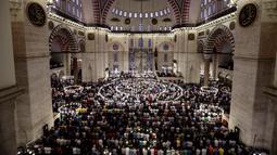 Umat muslim melaksanakan salat Idul Fitri di Masjid Suleymaniye, Istanbul, Turki, Selasa (4/6/2019). Selain Turki, sejumlah negara juga merayakan Hari Raya Idul Fitri hari ini. (AP Photo/Emrah Gurel)