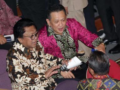 Ketum Partai Hanura Oesman Sapta Odang (OSO) (kiri) berbincang dengan Ketua DPR Bambang Soesatyo saat hadir dalam perayaan HUT Ketum PDIP Megawati Soekarnoputri di Taman Ismail Marzuki (TIM), Jakarta, Selasa (23/1). (Liputan6.com/Faizal Fanani)