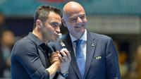 Bintang futsal Brasil, Falcao, bersama Presiden FIFA Gianni Infantino. (AFP/Luis Robayo)
