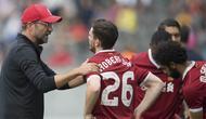 Manajer Liverpool, Juergen Klopp, memberikan instruksi kepada Andrew Robertson pada laga persahabatan melawan Hertha BSC di Stadion Olympia, Berlin, Sabtu (29/7/2017). Hertha kalah 0-3 dari Liverpool. (AP/Soeren Stache)