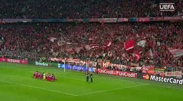 Para pemain Bayern Muenchen berlutut menghadap para penggemarnya pasca memastikan diri lolos ke babak empat besar Liga Champions. Dengan langkah tegap, Thomas Mueller meninggalkan teman-temannya, melompati papan iklan dan kemudian menghampiri suporte...