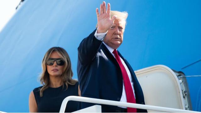 Presiden Amerika Serikat Donald Trump (kanan), bersama istrinya Melania Trump (kiri) sesaat sebelum turun dari pesawat kepresidenan Air Force One (AFP/Saul Loeb)