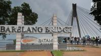 Plang nama yang berada di jembatan Barelang di Batam, Kepri (15/4). Jembatan ini menghubungkan sejumlah pulau yaitu Pulau Batam, Pulau Tonton, Pulau Nipah, Pulau Rempang, Pulau Galang dan Pulau Galang Baru. (Liputan6.com/Herman Zakharia)