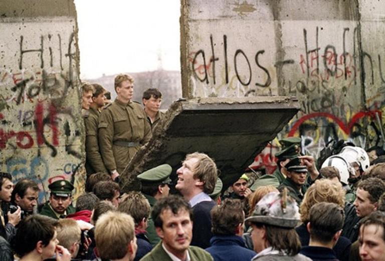 Siapa sangka, ternyata Titanic tenggelam hanya karena kunci yang hilang atau Tembok Berlin runtuh karena pejabat salah omong.