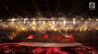 Penari memasuki panggung jelang penyalaan obor Asian Games 2018 saat pembukaan di Stadion Utama Gelora Bung Karno (SUGBK), Jakarta, Sabtu (18/8). (Liputan.com/Fery Pradolo)
