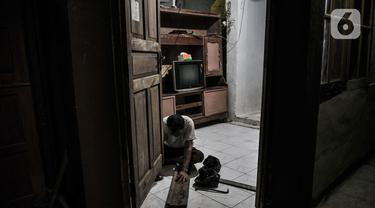 Warga memperbaiki pintu rumahnya yang rusak akibat sering terendam banjir di kawasan RW 07 Rawajati, Jakarta, Selasa (22/9/2020). RW 07 Rawajati merupakan salah satu permukiman di pinggir Kali Ciliwung yang kerap terendam banjir kiriman dari Bogor walaupun tidak hujan. (merdeka.com/Iqbal S. Nugroho)