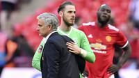 Pelatih Manchester United, Jose Mourinho dan David de Gea tampak lesu usai dikalahkan Chelsea pada laga final Piala FA 2017-2018 di Stadion Wembley, Sabtu (19/5/2018). Chelsea menang 1-0 atas Manchester United. (AFP/Glyn Kirk)