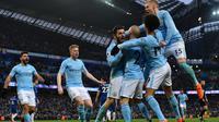 Para pemain Manchester City merayakan gol Bernardo Silva saat melawan Chelsea pada lanjutan Premier League di Etihad Stadium, Manchester, (4/3/2018). Manchester City menang 1-0.  (AFP/Anthony Devlin)
