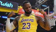 Pebasket Los Angeles Lakers, LeBron James, melakukan selebrasi usai memasukkan bola saat melawan New York Knicks pada laga NBA di Staples Center, Rabu (8/1/2020). LA Lakers  menang 117-87 atas Knicks. (AP/Mark J. Terrill)