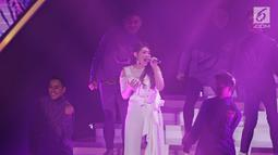 Penampilan penyanyi dangdut Via Vallen di Konser Raya 23 Indosiar Luar Biasa di Jakarta , Kamis (11/1). Via Valen dan Zaskia Gotik mebawakan lagu sayang dan juragan empang. (Liputan6.com/Herman Zakharia)