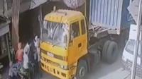 Video viral rombongan pengawal mobil jenazah menganiaya sopir truk kontainer di Jakarta Utara. (Istimewa)