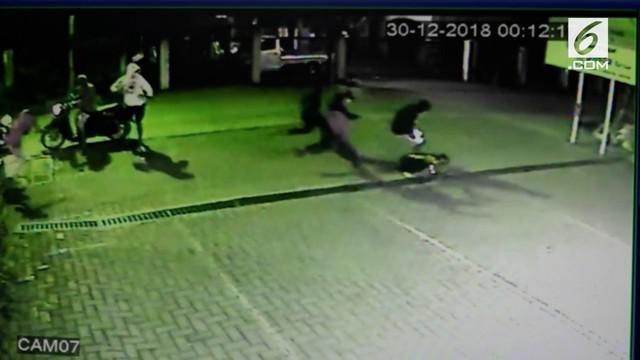 Sekelompok gangster motor di Depok nekat membacok seorang pria demi mendapatkan ponsel korban.