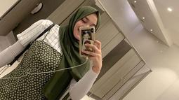 Tak dengan warna netral, Putri Delina bahkan memadukan warna hijau dan putih sebagai pilihan tampilannya ini. Penampilannya tetap manis dan modis meski pakai baju dengan warna cukup terang ini. (Liputan6.com/IG/@putridelinaa)