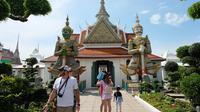 Selama traveling ke Bangkok, kamu bisa mengunjungi lokasi wisata budaya yang terkenal. Wat Arun misalnya.