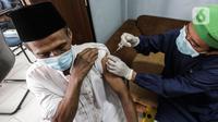 Petugas menyuntikkan vaksin COVID-19 tahap kedua kepada warga lansia di di RPTA Gajah Tunggal, Jakarta Barat, Rabu (21/4/2021). Berdasarkan data hingga 19 April 2021, total 10.966.934 orang Indonesia telah menjalani vaksinasi Covid-19. (Liputan6.com/JohanTallo)