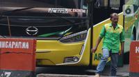Awak bus AKAP di Terminal Kampung Rambutan Jakarta, Senin (30/3/2020). Untuk mencegah penyebaran virus Corona COVID-19, Dinas Perhubungan Pemprov DKI Jakarta menghentikan sementara layanan Bus Antar Kota Antar Provinsi pertanggal 30 Maret 2020 pukul 18.00 WIB. (Liputan6.com/Helmi Fithriansyah)