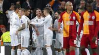 Para pemain Real Madrid merayakan gol yang dicetak oleh Sergio Ramos ke gawang Galatasaray pada laga Liga Champions di Stadion Santiago Bernabeu, Rabu (6/11). Real Madrid menang 6-0 atas Galatasaray. (AP/Manu Fernandez)