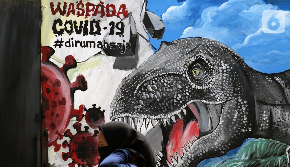 Warga melintas di depan mural bertema waspada COVID-19 di Jalan Baru, Depok, Jawa Barat, Selasa (7/4/2020). Mural tersebut berisi pesan kepada warga agar selalu waspada potensi penyebaran virus corona atau COVID-19. (Liputan6.com/Helmi Fithriansyah)