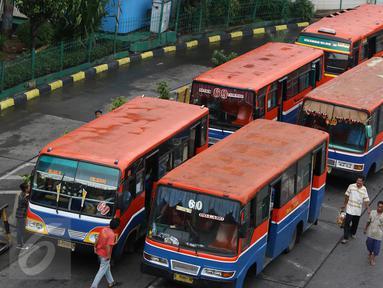Angkutan umum menunggu penumpang di Terminal Blok M, Jakarta, Selasa (1/11). Berdasarkan data Organda DKI Jakarta, hampir 90% dari total sekitar 6.000 angkutan umum bus sedang sudah tidak layak jalan. (Liputan6.com/Immanuel Antonius)