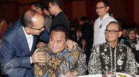 Wakil ketua Kadin Rosan P. Roeslani  (kiri) berbincang dengan Pengusaha sekaligus mantan Mendag Rahmat Gobel di Hotel Ritz Carlton, Jakarta, (21/11). Acara deklarasi ini dihadiri lebih dari 500 pengusaha anggota Kadin. (Liputan6.com/Faisal R Syam)