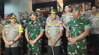 Kapolri Jenderal Idham Azis dan Panglima TNI Marsekal Hadi Tjahjanto melakukan giat monitoring pengamanan perayaan tahun baru 2020 di Gedung Promoter Polda Metro Jaya, Selasa (31/12/2019) malam. (Merdeka.com/Nur Habibie)