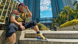Gaya Atta Halilintar saat tengah berlibur di Kuala Lumpur, Malaysia ini juga curi perhatian. Penampilannya yang terkesan santai namun tetap stylish ini pun mengundang komentar netizen. (Liputan6.com/IG/@attahalilintar)