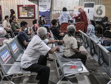 Warga lanjut usia (lansia) saat antre untuk mengikuti vaksin Covid-19 di Puskesmas Kecamatan Cilincing, Jakarta, Selasa (23/2/2021). Pemerintah mulai melakukan vaksinasi tahap dua yang diprioritaskan untuk masyarakat usia 60 tahun ke atas atau lansia. (merdeka.com/Iqbal S. Nugroho)