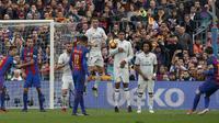 Lionel Messi mengeksekusi tendangan bebas. (REUTERS/Albert Gea)