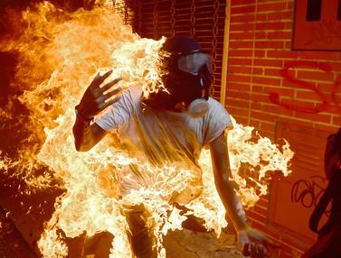 20170503-Demosntran Venezuela Tersambar Api-AFP