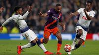 Pemain Tottenham Hotspur Danny Rose dan Victor Wanyama berebut bola dengan gelandang Manchester City Raheem Sterling dalam leg pertama perempat final Liga Champions 2018-2019, di Tottenham Hotspur, Rabu (10/4).  Tottenham Hotspur menang dengan skor tipis 1-0. (Adrian DENNIS / AFP)