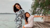Gisel mengajarkan anaknya, Gempi, snorkeling di Pulau Macan, Kepulauan Seribu (Dok. Instagram/@gisel_la/https://www.instagram.com/p/CGWKbUYnrQW/Komarudin)
