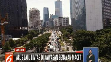 Tidak hanya di kawasan Arteri Semanggi, kemacetan juga terjadi di jalan tol yang menuju Senayan.
