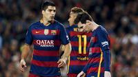 Penyerang Barcelona, Luis Suarez, Neymar dan Lionel Messi tertenduk lesu usai pertandingan melawan Valencia di Camp Nou stadium, Spanyol (18/4). Valencia menang atas Barcelona dengan skor 2-1. (REUTERS / Albert Gea)