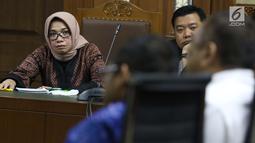 Wasekjen Partai Golkar, M Sarmuji (kiri) saat menjadi saksi pada sidang dugaan suap kesepakatan kontrak kerja sama pembangunan PLTU Riau-1 dengan terdakwa Eni Maulani Saragih, Pengadilan Tipikor, Jakarta, Selasa (8/1). (Liputan6.com/Helmi Fithriansyah)