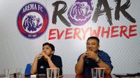 Media officer Arema, Sudarmaji (kiri), dan GM Arema, Ruddy Widodo. (Bola.com/Iwan Setiawan)