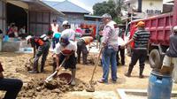 Tim Baguna PDIP diterjunkan di lokasi bencana, Pacitan, Jawa Timur. (Liputan6.com/Taufiqurrohman)