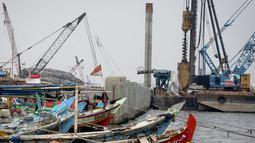 Sejumlah kapal bersandar di dekat tanggul pengaman pantai di kawasan pesisir Cilincing, Jakarta, Jumat (17/3).Yang menjadi tanggung jawab Kementerian PUPR sepanjang 20 km, dimana saat ini tengah dikerjakan sepanjang 4,5 km. (Liputan6.com/Faizal Fanani)