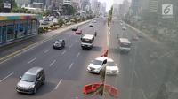 Kendaraan melintas di Jalan Jenderal Sudirman, Jakarta, Minggu (14/10). Sesuai Pergub DKI Jakarta, aturan ganjil genap diperpanjang dari 15 Oktober hingga 31 Desember 2018. (Liputan6.com/Immanuel Antonius)
